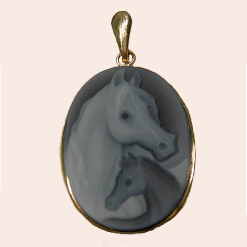 14 kt.y.g. mare and foal Agate cameo pendant